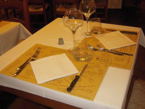 tavolo ristorante con tovagliette